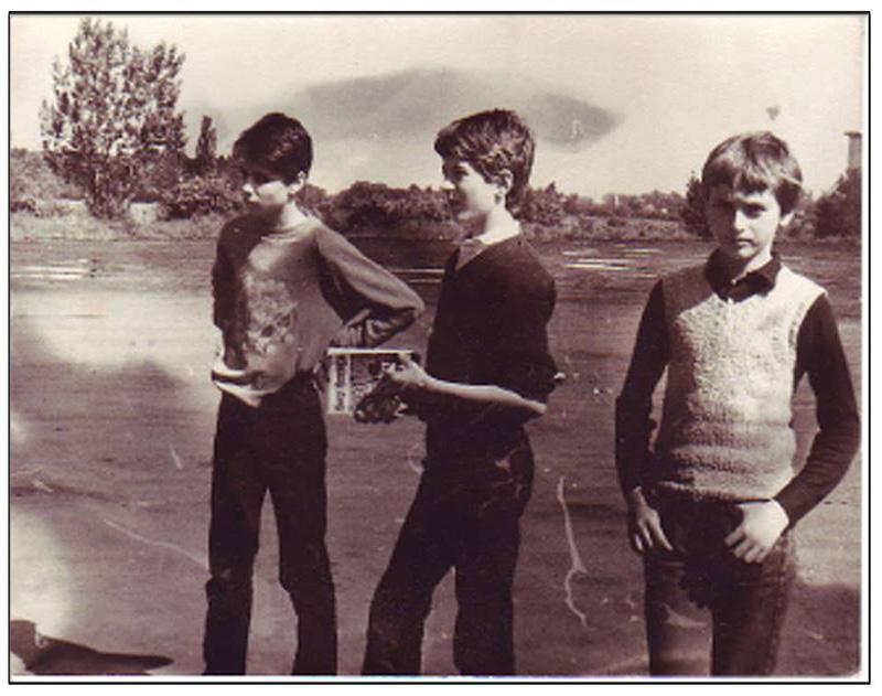 slika-0-autor-teksta-u-sredini-na-ekskurziji-cca-1984.-sa-prikladnim-štivom-u-rukama-1